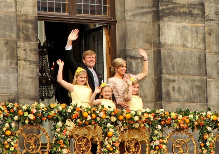 Balcony scene of the new King Willem-Alexander on April 30 2013, with his wife and 3 daughters.