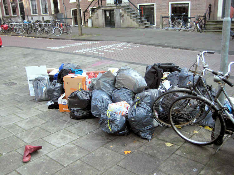 Amsterdam city cleaners on strike for 3 days