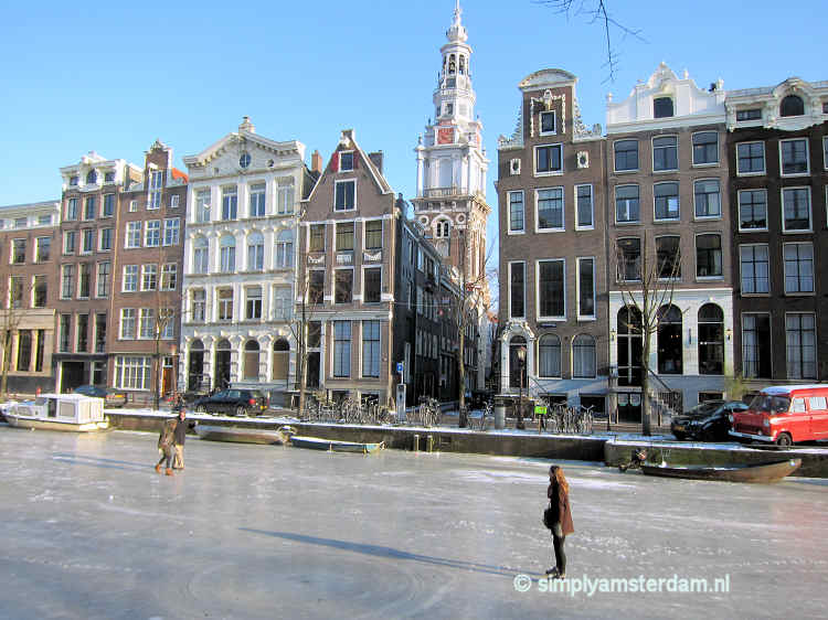 Ice skating on Kloveniersburgwal, with view on Zuiderkerk