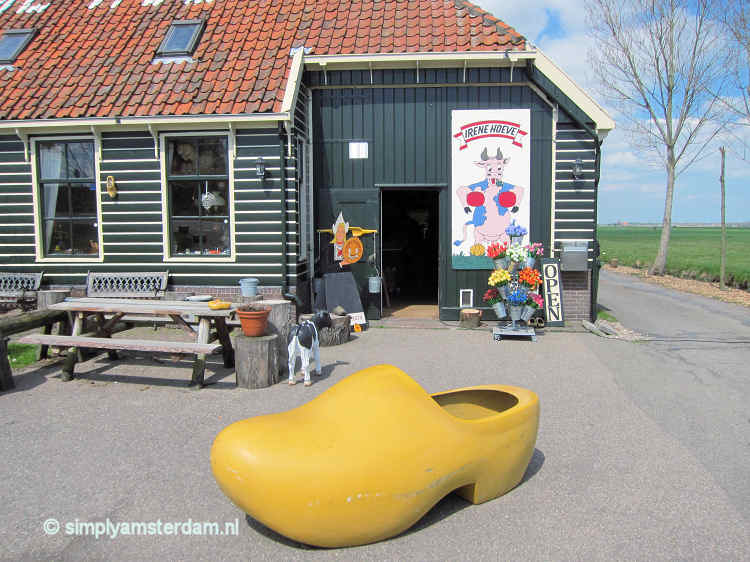 Irenehoeve with large wooden shoe