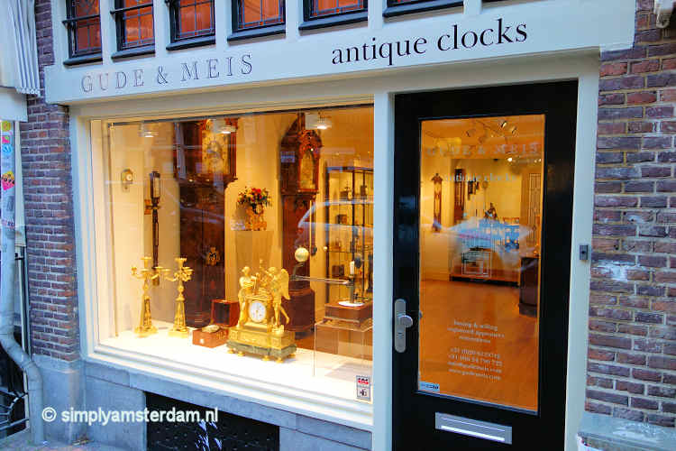 Store in Spiegelstraat with antique clocks