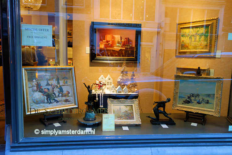 Antique store in Spiegelstraat with paintings